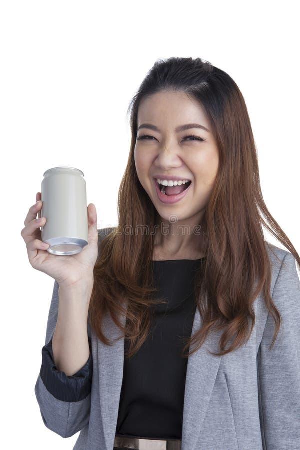 Junge Brunettegeschäftsfrau, die eine Dose des freien Raumes des alkoholfreien Getränkes darstellt stockbilder