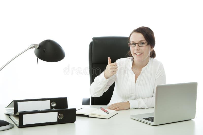 Junge Brunettegeschäftsfrau mit dem Glasdaumen oben stockfotografie