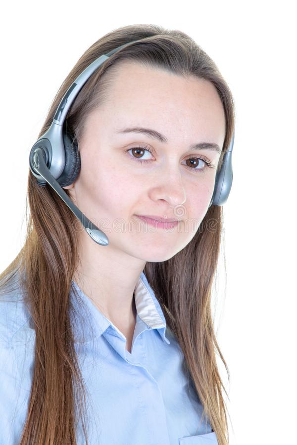 Junge Call-Center-Betreiberfrau mit einem überzeugten Ausdruck auf dem intelligenten Gesichtsdenken ernst lizenzfreie stockfotos