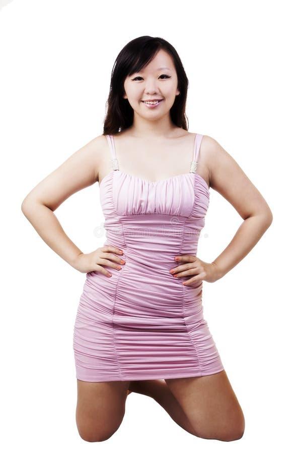 Junge chinesische Amerikanerin, die im rosa Kleid knit stockbild