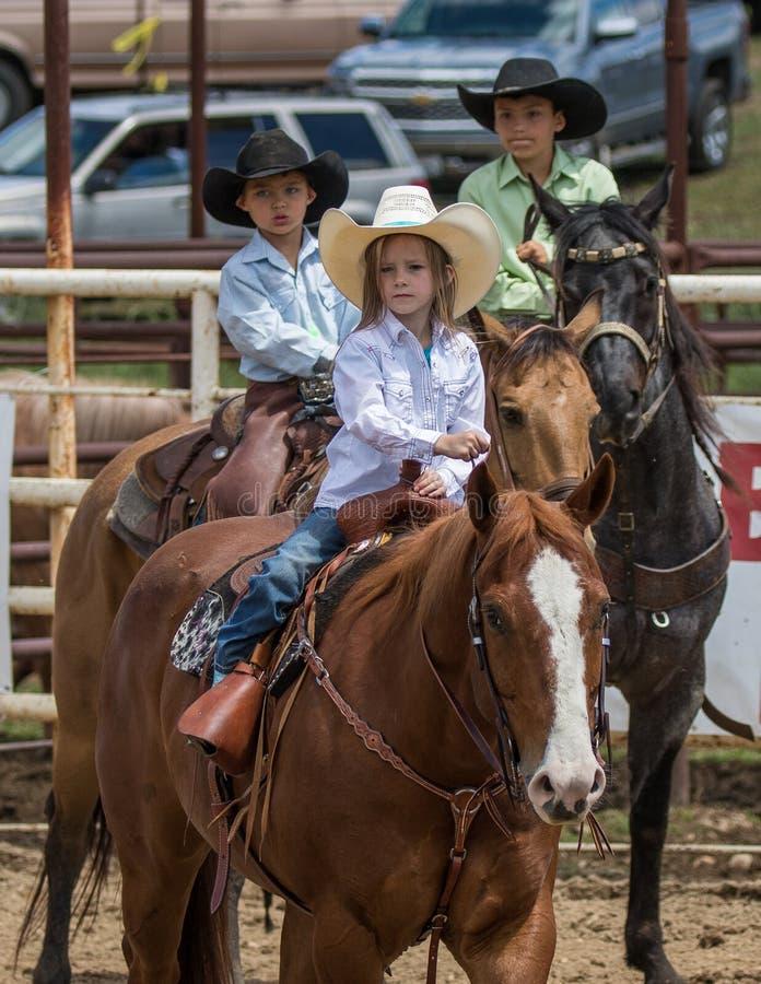 Junge Cowboys und Cowgirl stockfoto