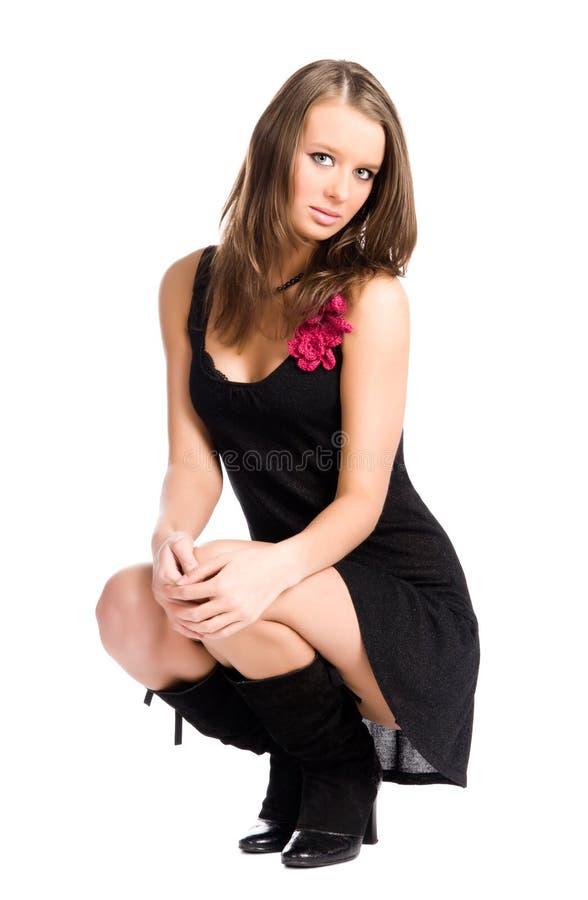 Junge dünne Frau in der eleganten Sitzenhaltung stockfoto