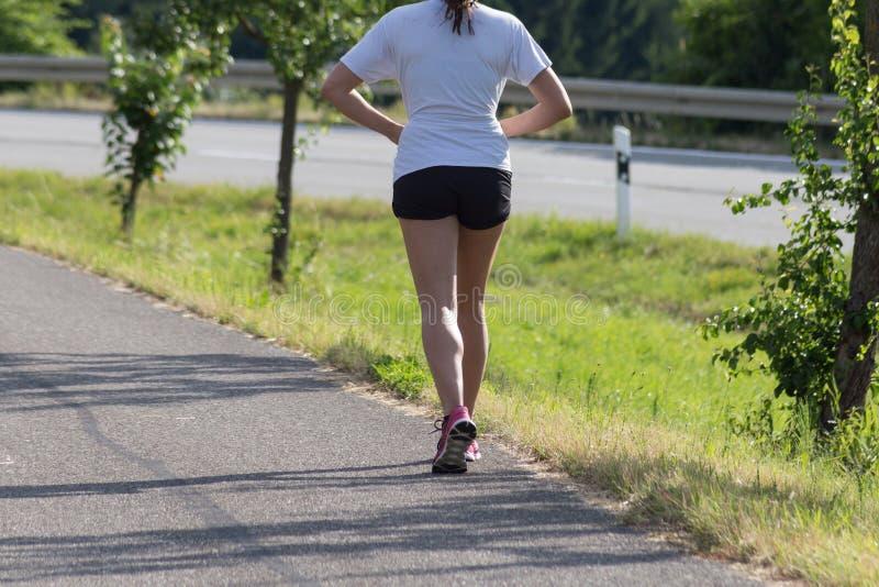 junge Dame auf Übung im Freien im Sommer lizenzfreie stockbilder