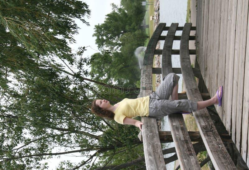 Junge Dame auf Brücke 2 stockfotos