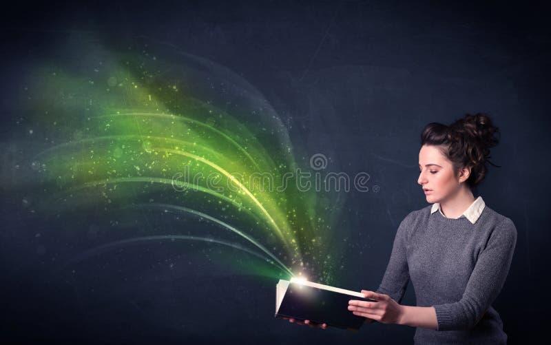 Junge Dame, die Buch mit Welle hält stockbilder