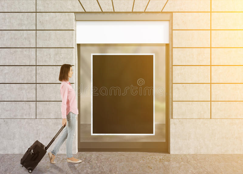 Junge Dame, die ihren Koffer in der Straße trägt vektor abbildung