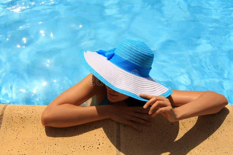 Junge Dame durch den Poolside stockbild