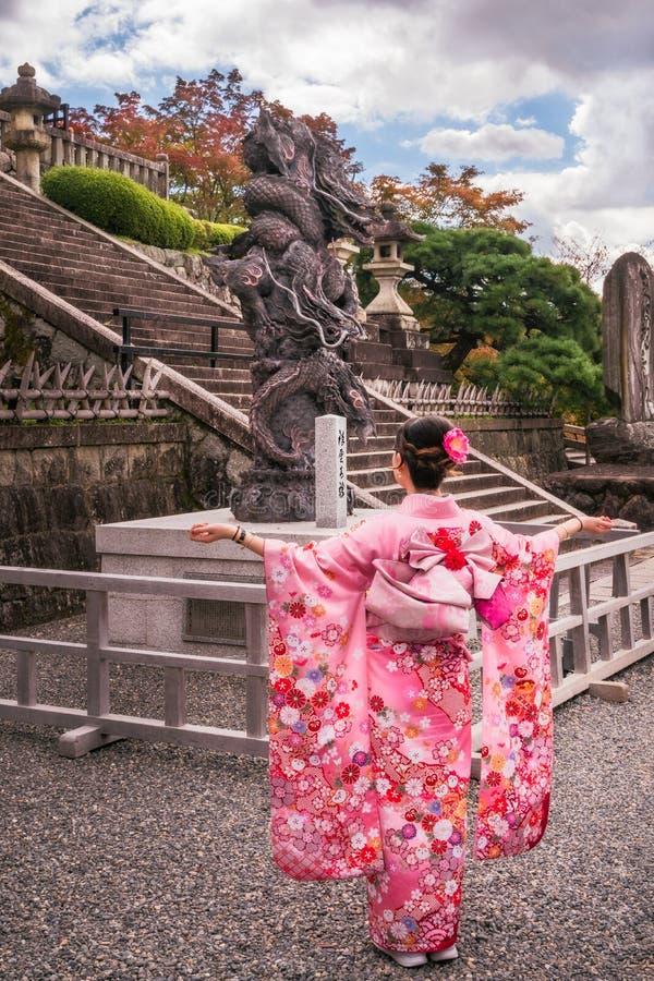 Junge Dame in einem schönen traditionellen japanischen Kostüm an buddhistischem Tempel Kiyomizu-dera lizenzfreie stockfotos