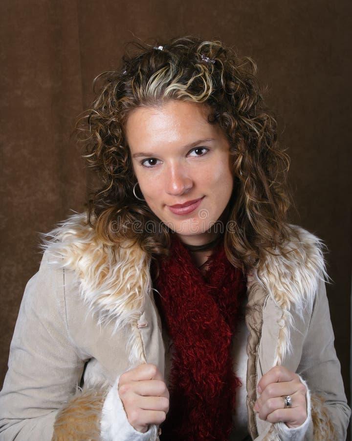 Junge Dame in einer Winterjacke lizenzfreies stockfoto