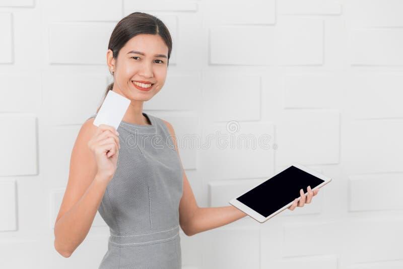 Junge Dame im grauen Kleid lizenzfreie stockbilder