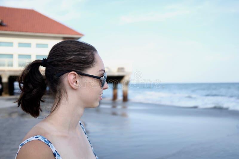 Junge Dame Looking Out zum Meer lizenzfreie stockbilder