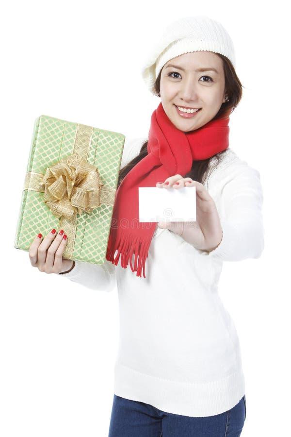 Junge Dame mit einem Geschenk lizenzfreie stockfotografie