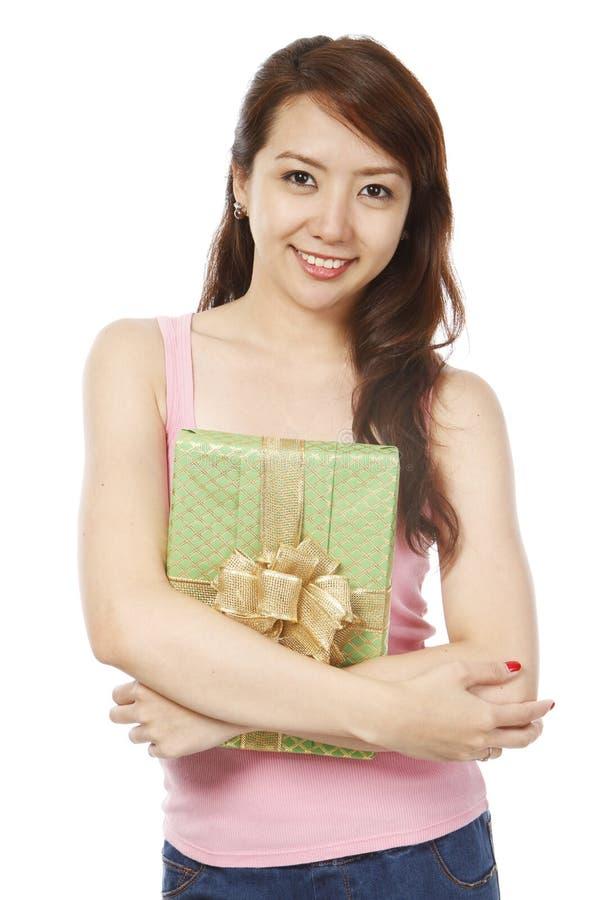 Junge Dame mit einem Geschenk stockfoto