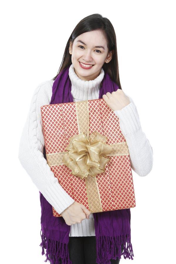 Junge Dame mit einem Geschenk lizenzfreies stockbild
