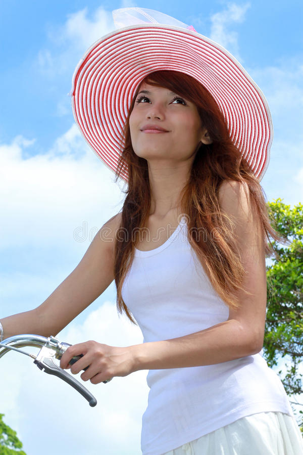 Junge Dame mit Fahrrad stockfotos