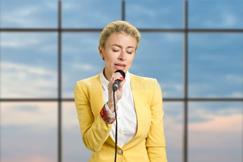 Junge Dame mit geschlossenen Augen des Mikrofons stockbilder