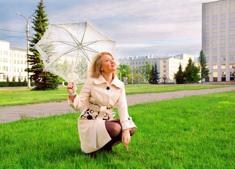 Junge Dame mit Regenschirm lizenzfreies stockbild