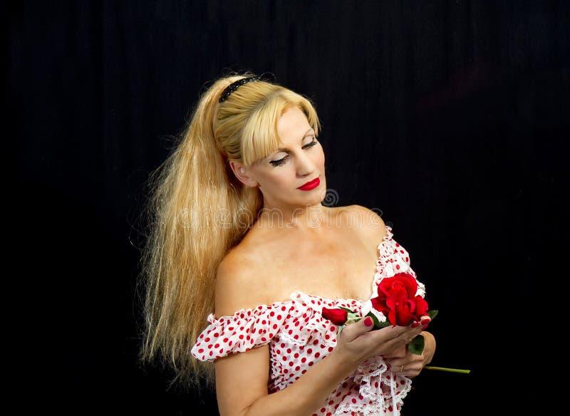 Junge Dame mit roten Rosen lizenzfreies stockfoto