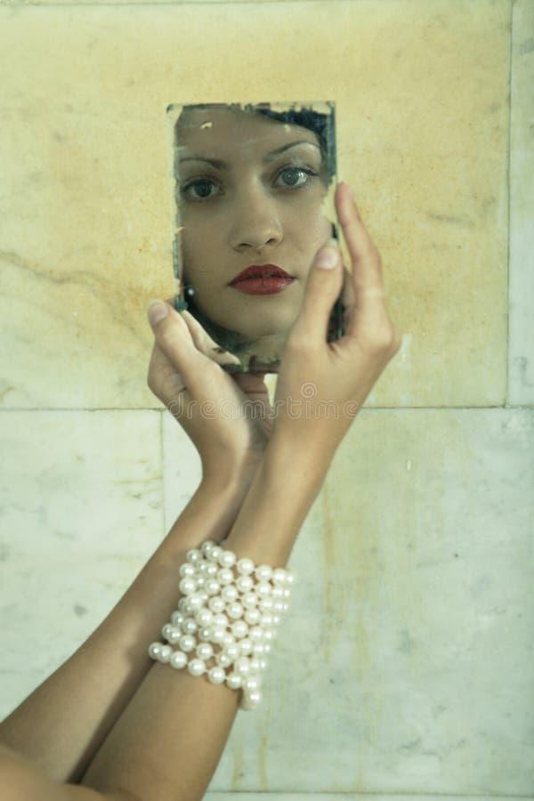 Junge Dame mit Spiegel lizenzfreie stockbilder