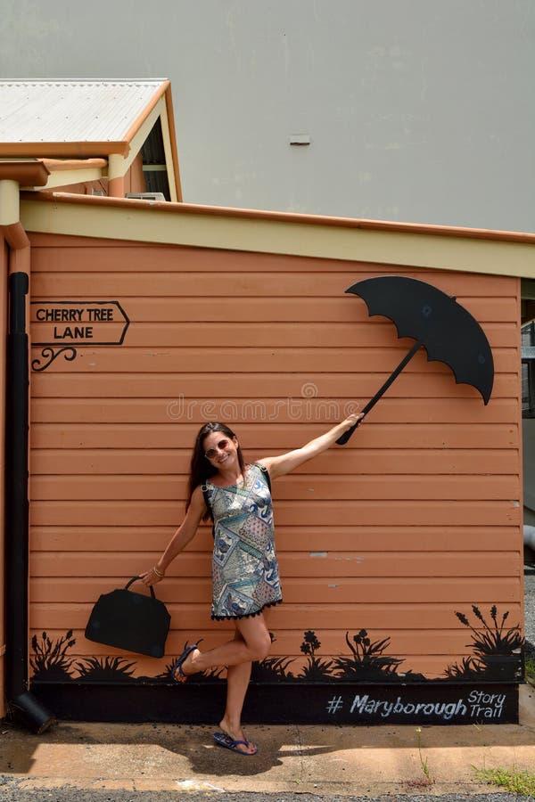 Junge Dame mit themenorientiertem Regenschirm und Tasche Mary Poppinss lizenzfreies stockbild