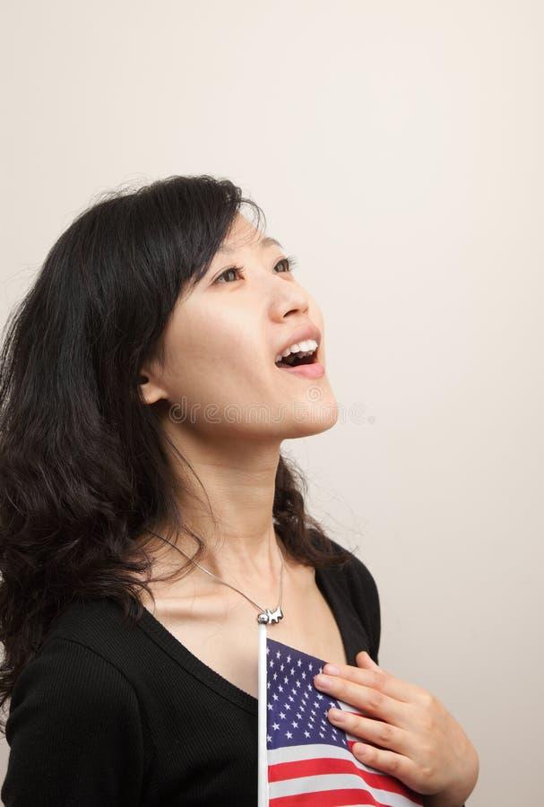 Junge Dame mit USA-Markierungsfahne lizenzfreie stockfotos
