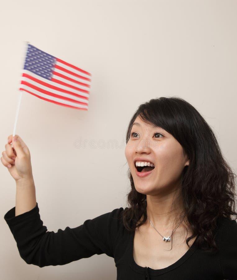 Junge Dame mit USA-Markierungsfahne stockbild