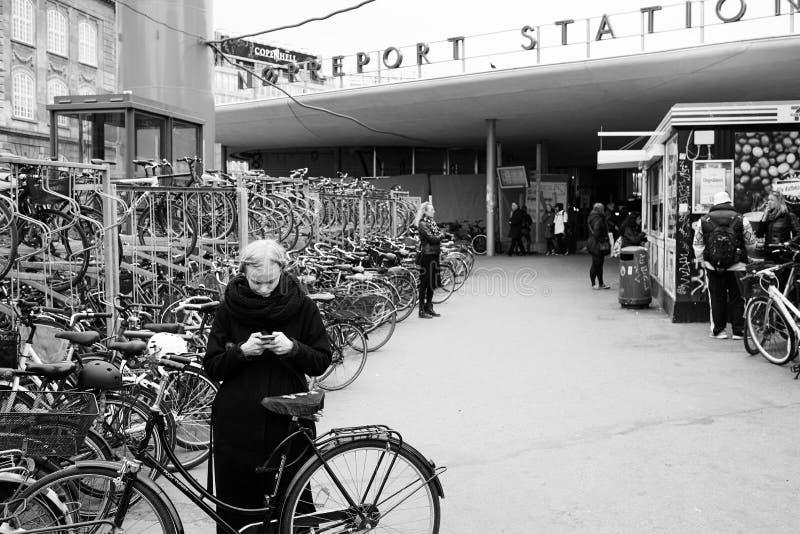 Junge Dame Texting an der Bahnstation in Kopenhagen lizenzfreie stockfotografie