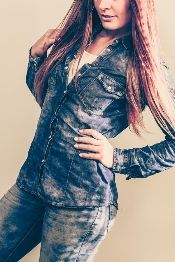 Junge Dame trägt Jeans stockfotografie