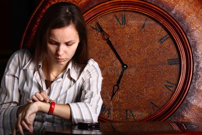 junge Dame und Borduhr stockfoto