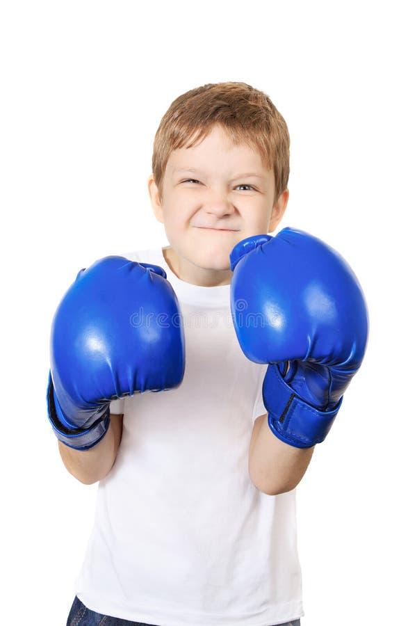 Junge in den blauen Boxhandschuhen, lokalisiert auf weißem Hintergrund stockfoto