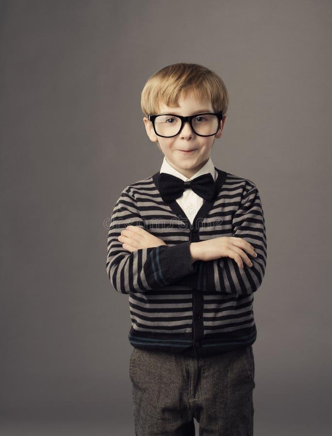 Junge in den lustigen Gläsern, wenig smat Kindermodeporträt stockfotografie