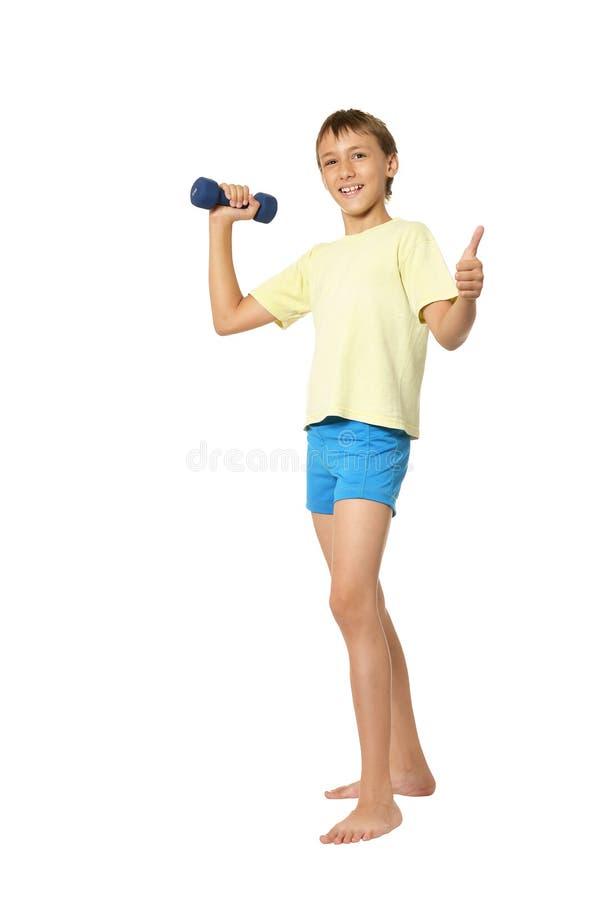 Junge, der Übungen tut stockbild