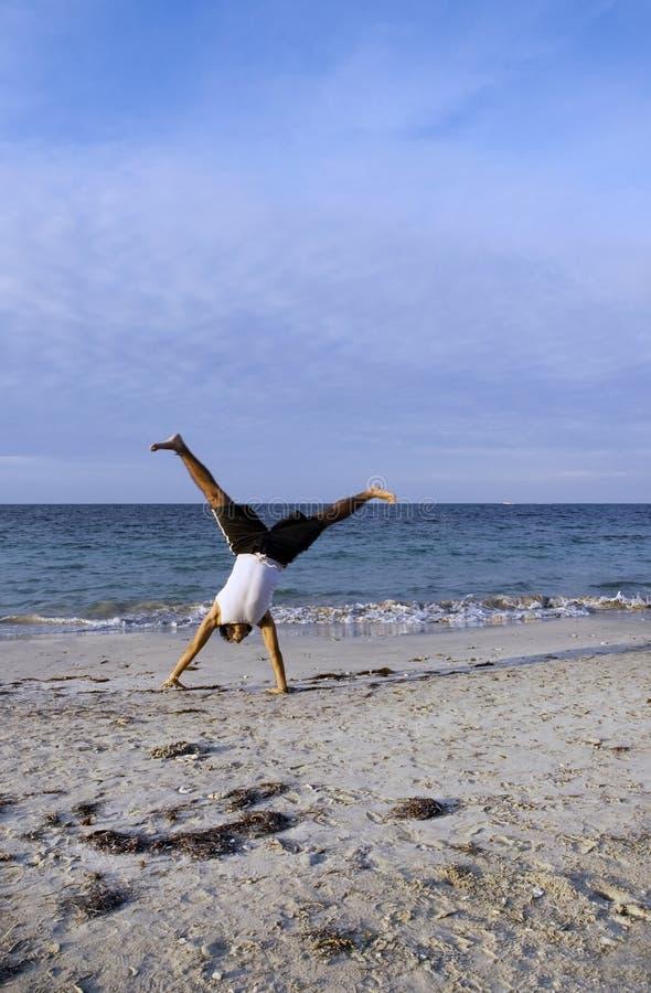 Junge, der Akrobatik tut lizenzfreie stockbilder