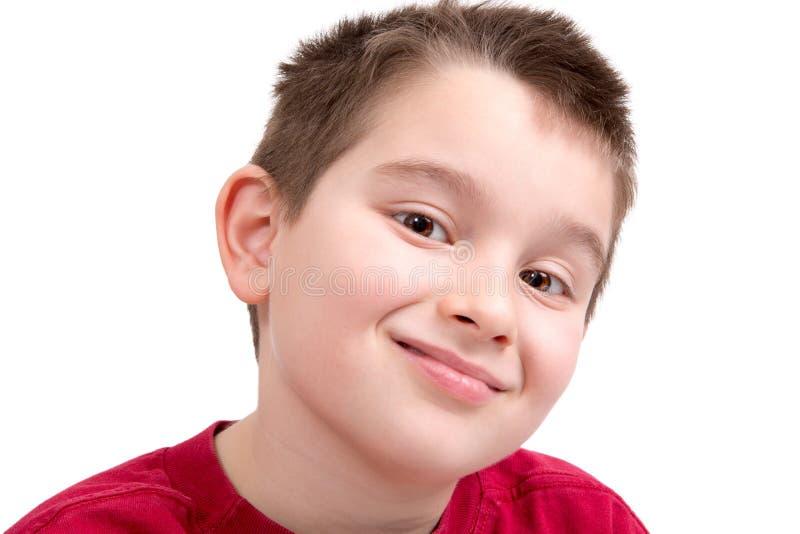 Junge, der anerkennend Kamera betrachtet lizenzfreies stockbild