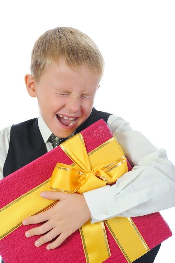 Junge, der anwesenden Kasten anhält stockfoto
