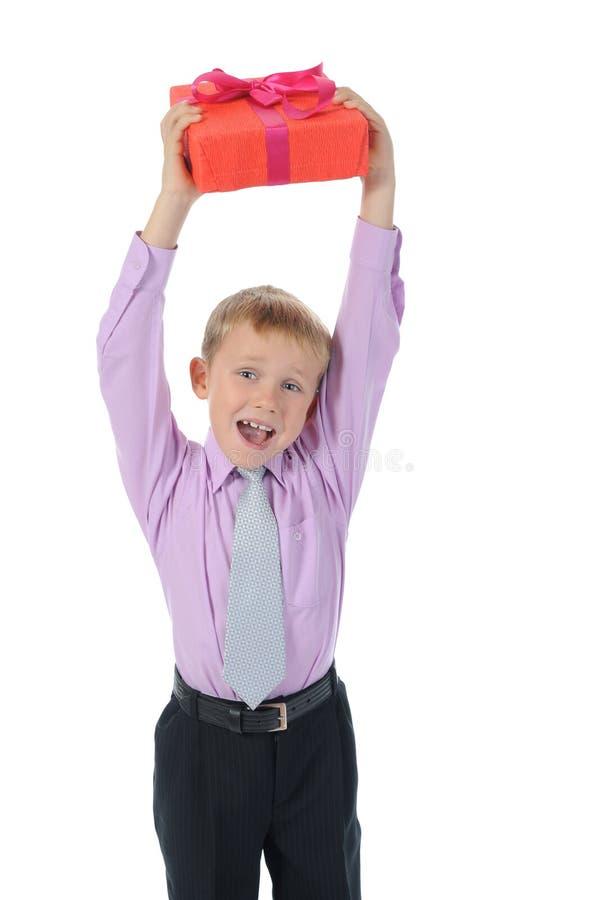 Junge, der anwesenden Kasten anhält stockbilder