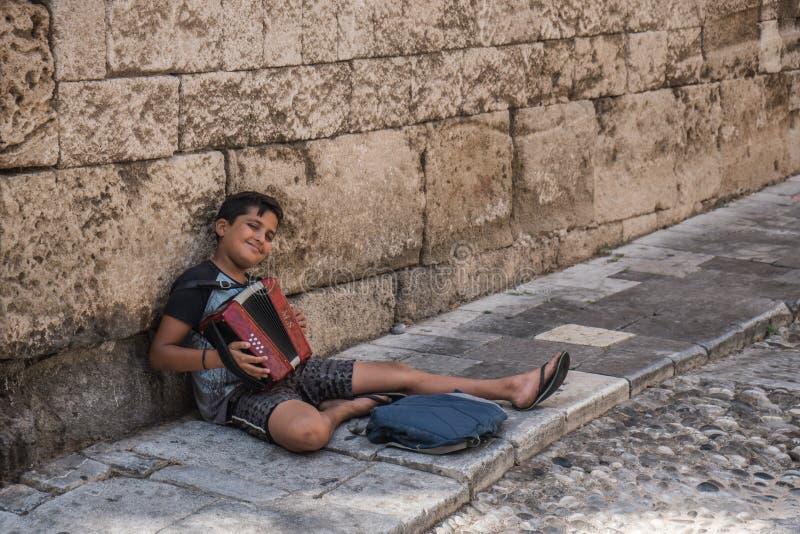 Junge, der auf Akkordeon spielt stockfotos