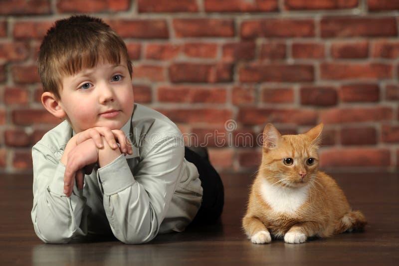 Download Junge, Der Auf Dem Boden Mit Katze Liegt Stockfoto - Bild von greifer, kindheit: 27732058