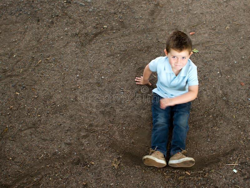 Download Junge, Der Auf Einem Steinigen Waldpfad Sitzt Stockfoto - Bild von lustig, kindheit: 26374832