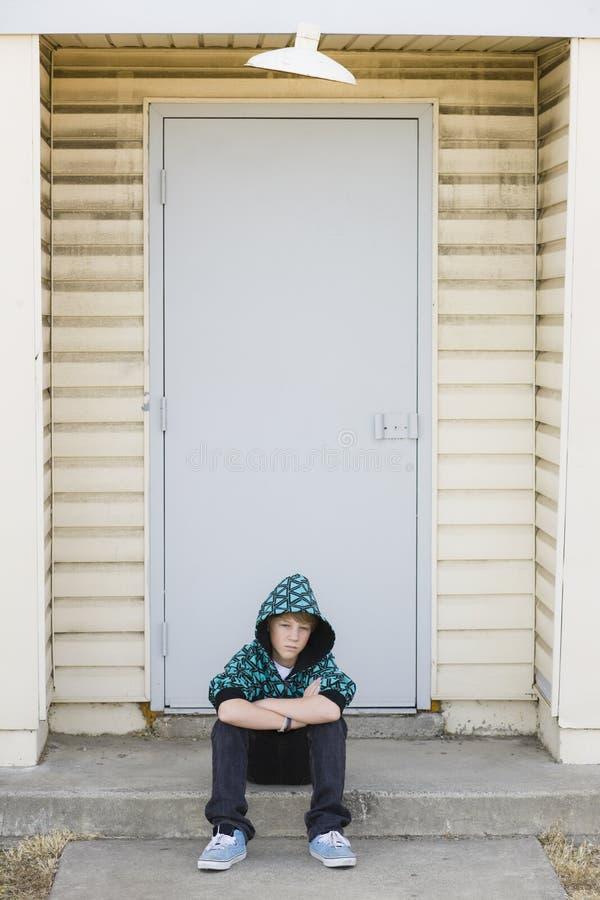 Junge, der auf einer Kandare sitzt stockfoto