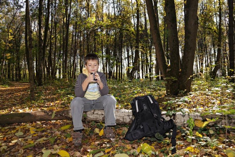 Junge, der auf Protokoll mit Cup sitzt stockbilder