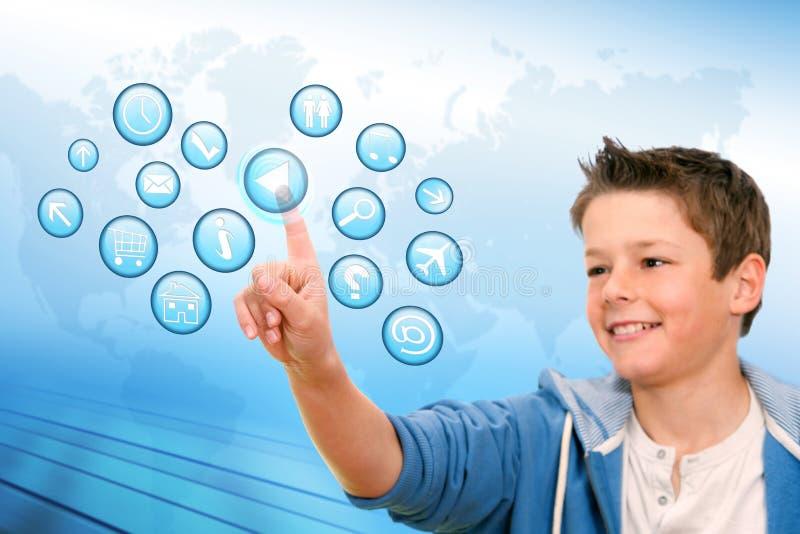 Junge, der auf virtuelle Web-Ikonen zeigt. lizenzfreie stockfotos