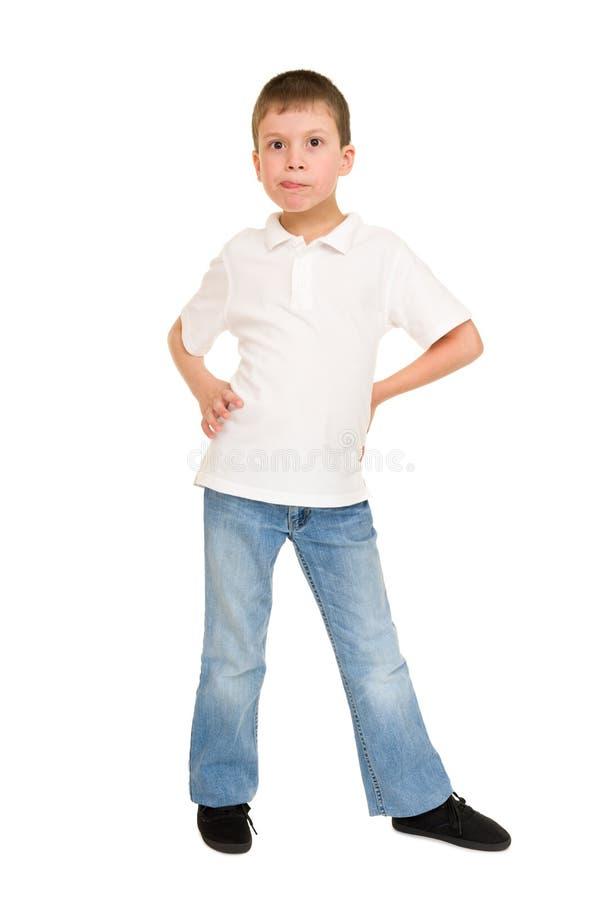 Junge, der auf Weiß Gesicht verzieht lizenzfreies stockfoto