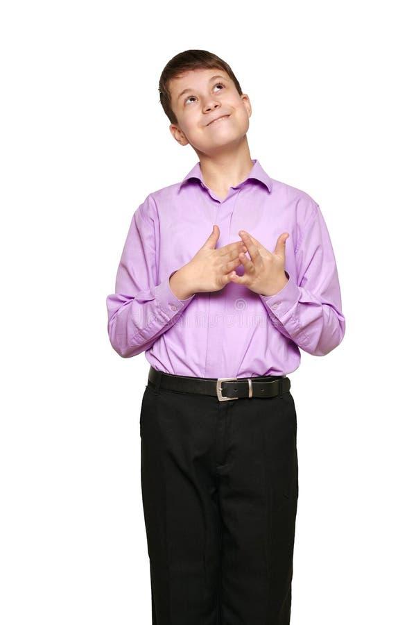 Junge, der auf weißem Hintergrund, schwarzer Hose und purpurrotem Hemd aufwirft lizenzfreie stockfotos