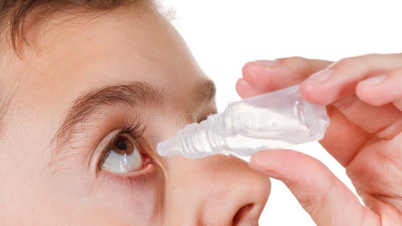 Junge, der Augentropfen anwendet lizenzfreie stockfotos