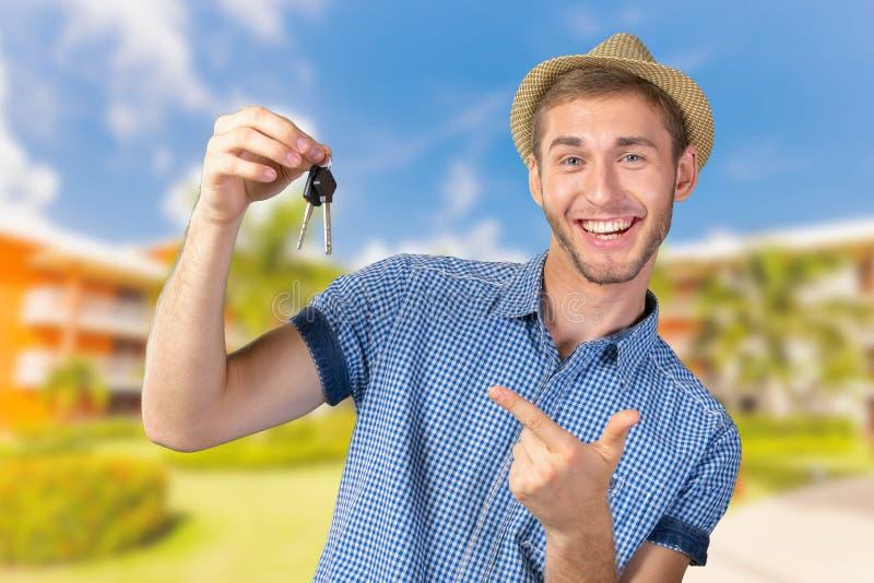 Junge, der Autoschlüssel hält stockfotografie