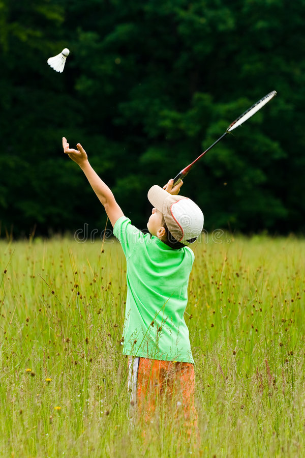 Junge, der Badminton spielt lizenzfreies stockbild
