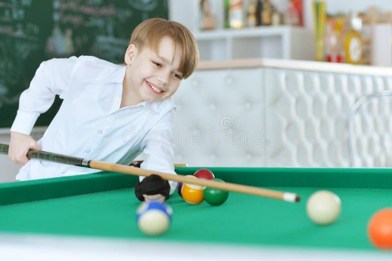 Junge, der Billard spielt stockfotos
