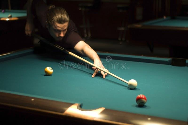 Junge, der Billiard spielt stockbild