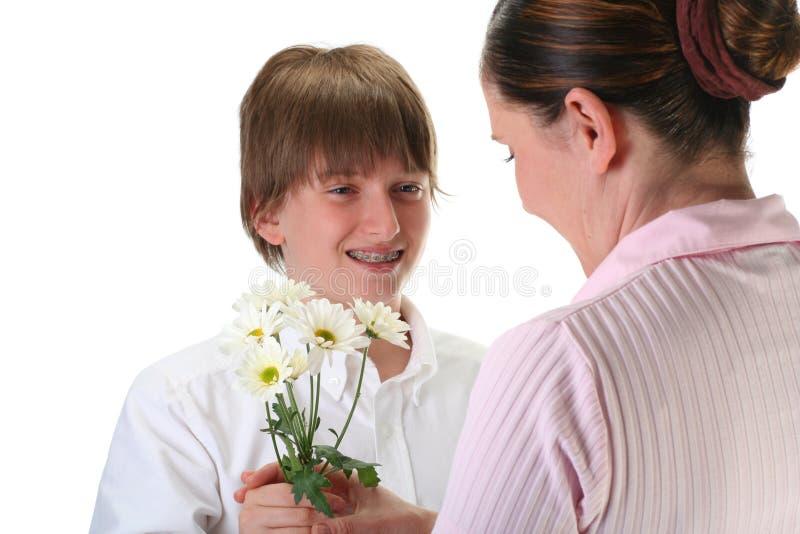 Junge, der Blumen gibt stockfoto